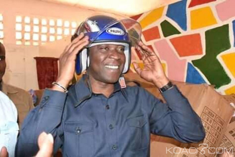 Côte d'Ivoire : Pour leur sécurité sur les routes,  un millier de casques offert aux moto-taxis de Bouaké par le ministre Amadou Koné