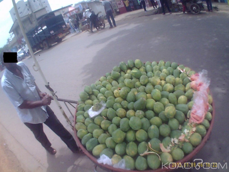 Cameroun : Il gagne sa vie en vendant des fruits sur un pousse-pousse à travers Yaoundé