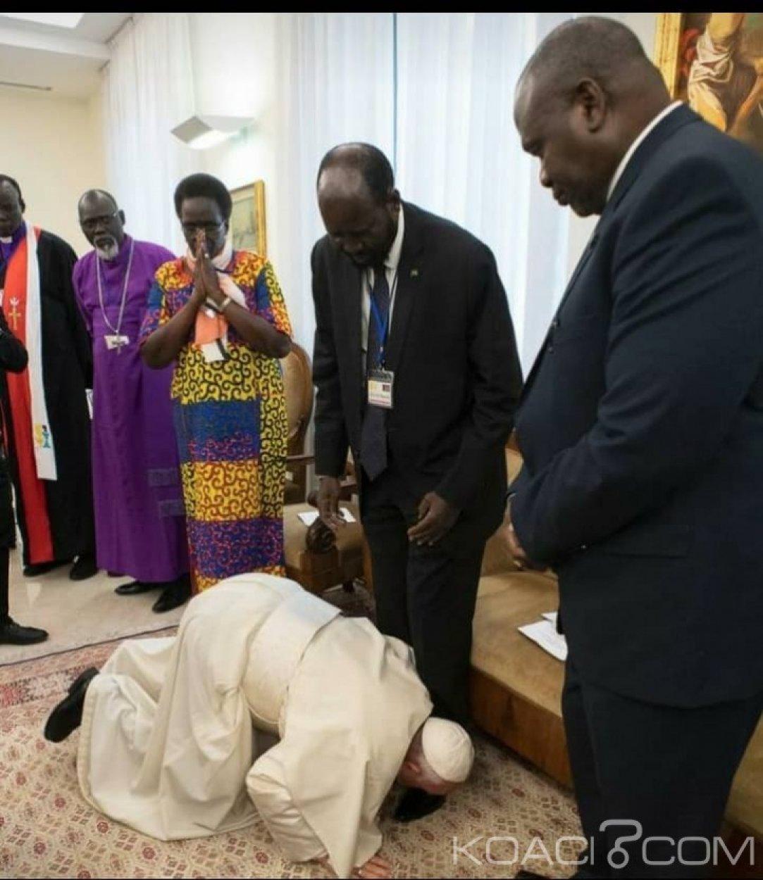 Soudan du Sud:  Au Vatican, le pape embrasse les pieds des deux belligérants