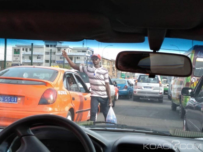 Côte d'Ivoire : À Abidjan, ces vendeurs d'eau en sachet qui font « fortune » dans les rues lors des embouteillages