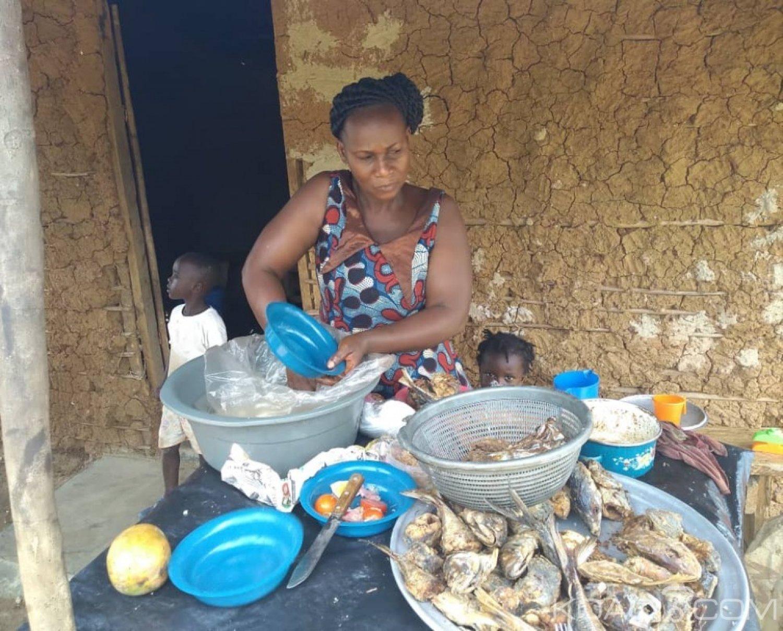 Côte d'Ivoire : Gnalégribouo, dans l'univers d'une vendeuse particulière « chaud poisson bien chaud, venez manger»