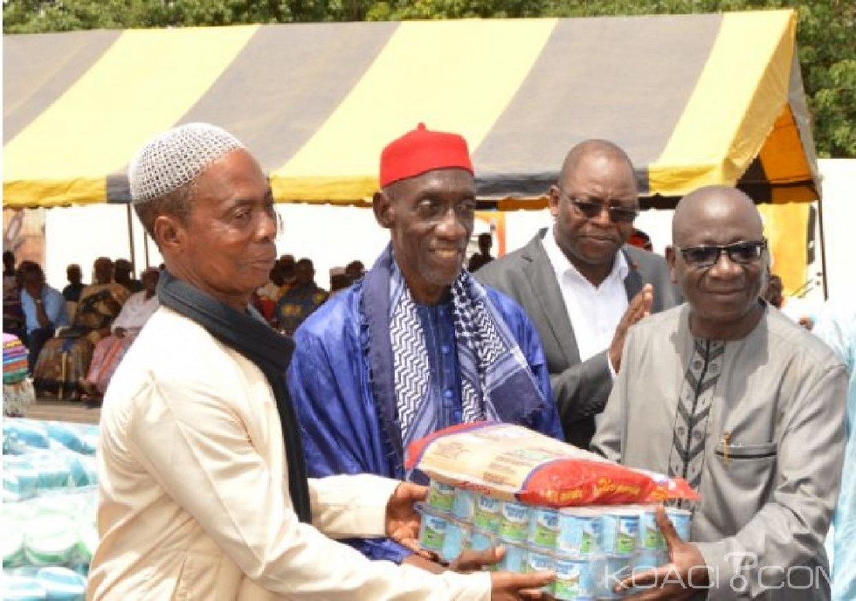 Côte d'Ivoire : Le DG des Impôts au nom du chef de l'Etat et du Premier ministre offre,  plus de 30 tonnes de vivres et non vivres aux populations du Hambol
