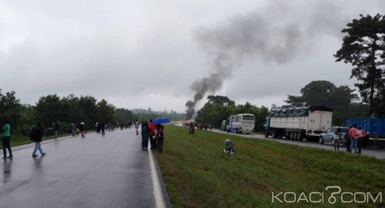 Côte d'Ivoire : Sur l'autoroute du nord, explosion spectaculaire d'un camion transportant des bouteilles de gaz, voie coupée pendant plusieurs minutes