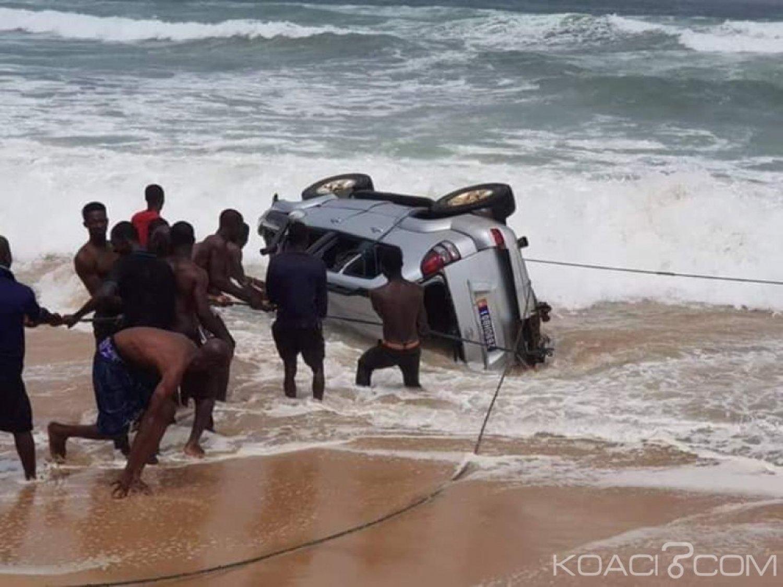 Côte d'Ivoire: Un conducteur défie la mer à Assouindé, et voit sa voiture saccagée par les vagues