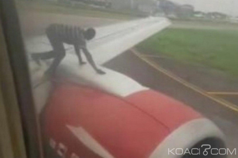 Nigeria : Un curieux voyageur arrêté après avoir grimpé sur un avion à Lagos