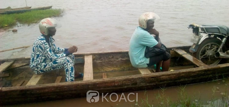 Togo:   Aller et venir à Zébé par pirogue à défaut du pont