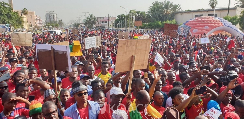 Sénégal: 3e mandat en Guinée, Sénégalais et Guinéens manifestent à Dakar et avertissent Alpha Condé