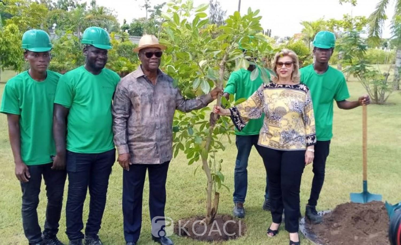 Côte d'Ivoire: Journée de la paix, le couple présidentiel plante deux arbres dans son jardin