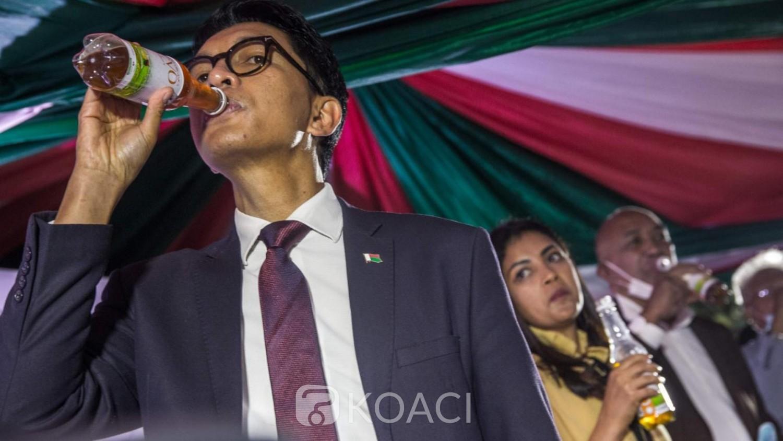 Madagascar : Andry Rajaoelina présente officiellement le « Covid-organics », le teste lui-même et l'impose aux élèves