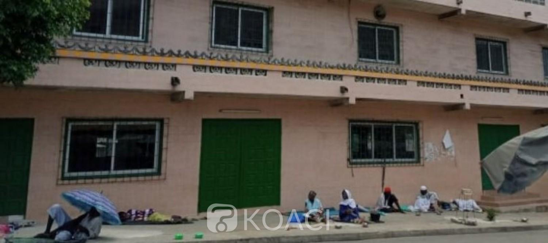 Côte d'Ivoire : COVID-19, des mendiants exercent toujours leurs activités aux abords des mosquées malgré leur fermeture