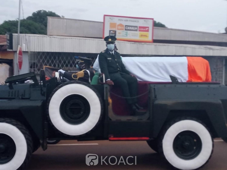 Côte d'Ivoire : Korhogo, la dépouille de Gon accueillie par une foule nombreuse, des femmes en pleurs