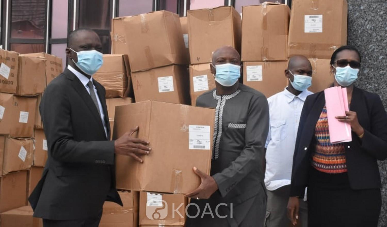 Côte d'Ivoire :  Le gouvernement offre 523.500 masques de protection réutilisables aux transporteurs qui prennent l'engagement de faire baisser immédiatement, les tarifs en hausse ces derniers jours