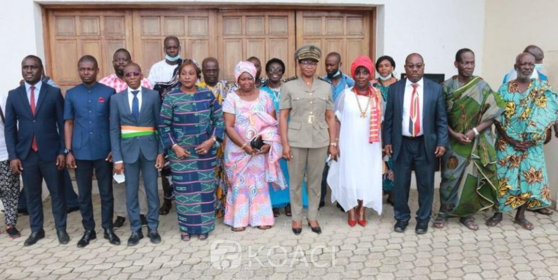 Côte d'Ivoire : Grand Bassam, Raymonde Goudou échange avec des femmes sur la notion de la paix et fait des promesses