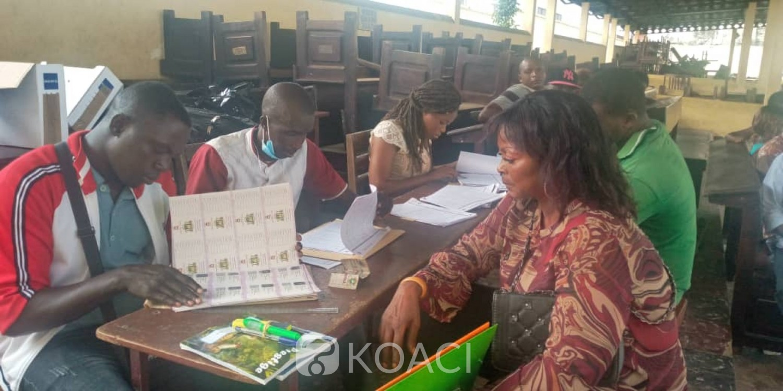 Côte d'Ivoire : Election présidentielle, distribution des cartes d'électeurs, à Yopougon, affluence dans certains bureaux, refus de communiquer avec la presse dans d'autres