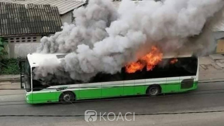 Côte d'Ivoire : Des casseurs mettent le feu à deux bus de la Sotra