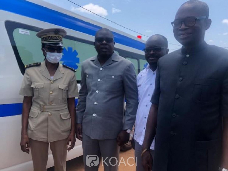 Côte d'Ivoire : Le Ministre Amédé  Kouakou vient au secours des populations de Djangokro en leur offrant une ambulance