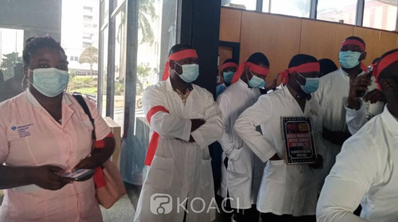 Côte d'Ivoire :   COVID-19, des agents de santé manifestent pacifiquement dans le hall de l'immeuble SCIAM pour réclamer le paiement de 9 mois de primes
