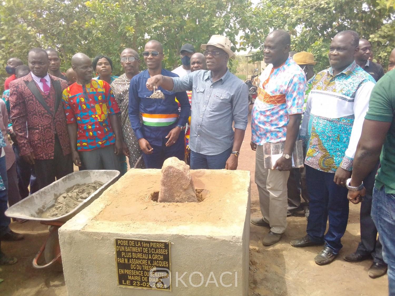 Côte d'Ivoire : Diabo, voyant les écoliers prendre les cours sous les pailles, le DG du trésor offre un bâtiment de plusieurs classes à une école