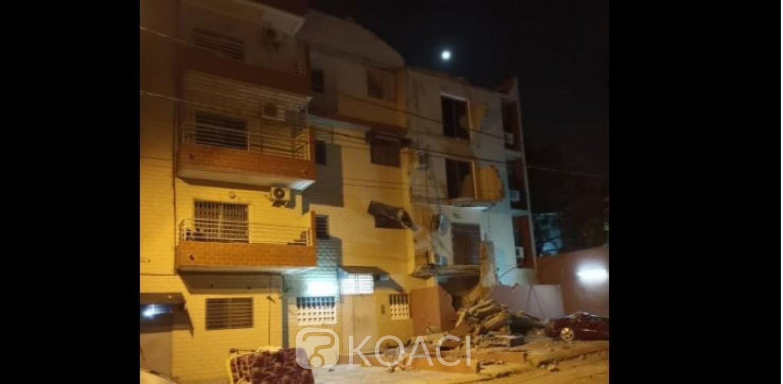 Côte d'Ivoire : Cocody Bonoumin, la façade d'un immeuble se détache et s'effondre sur des véhicules