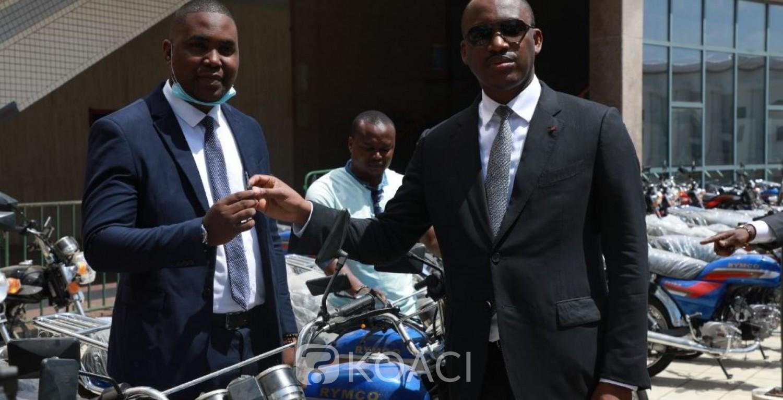Côte d'Ivoire :  Mamadou Touré offre plus de 200 motos aux assistants conseillers de son ministère et les exhorte à amplifier les initiatives