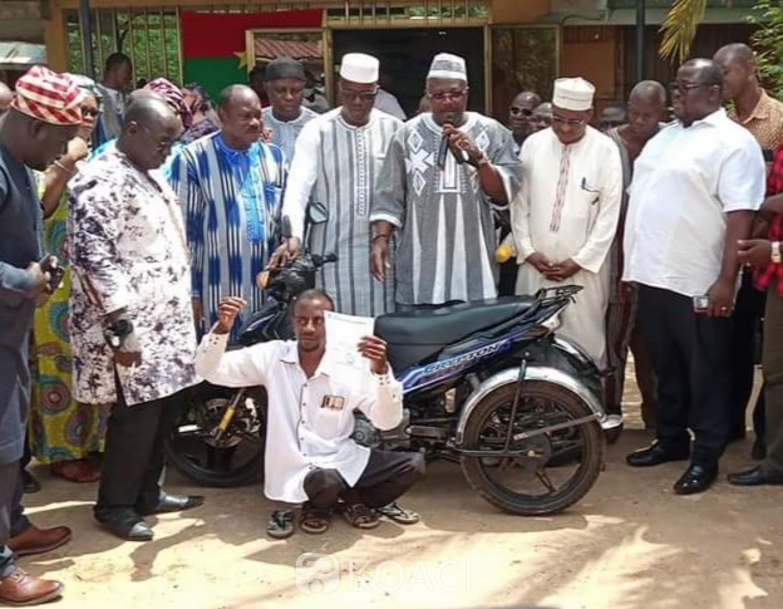 Burkina Faso : Il prend part à une marche-meeting malgré son handicap et se voit offrir une moto