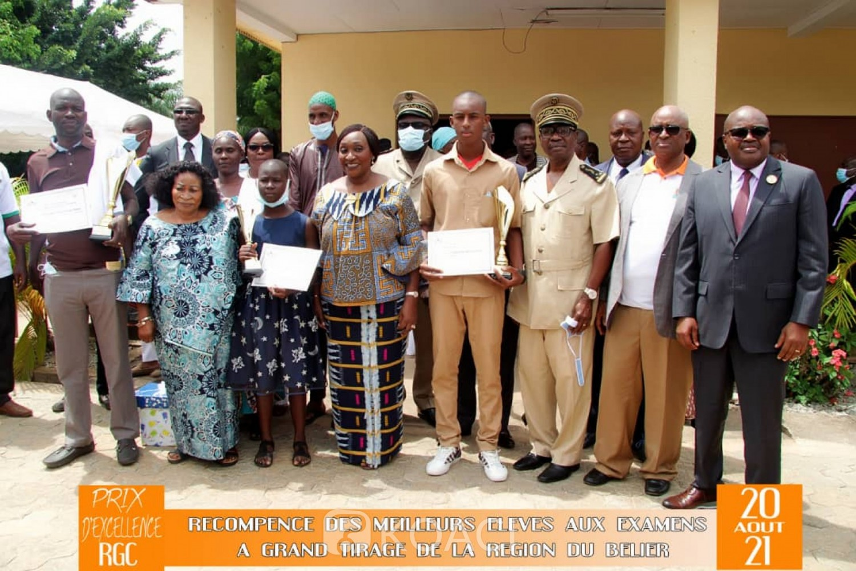 Côte d'Ivoire :    Bélier, prix d'excellence, les meilleurs élèves des examens du CEPE, du BEPC et du BAC, récompensés par Raymonde Goudou Coffi