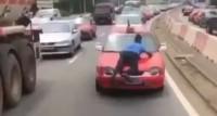 Côte d'Ivoire : Un policier trainé sur le capot d'un taxi, le cha...