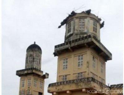 Côte d'Ivoire : M'Bahiakro, sous la pression d'une forte pluie, le minaret de la grande mosquée s'écroule