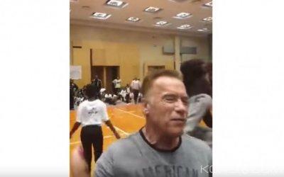 Afrique du Sud: Arnold Schwarzenegger, victime d'une violente agression alors qu 'il prenait des selfies