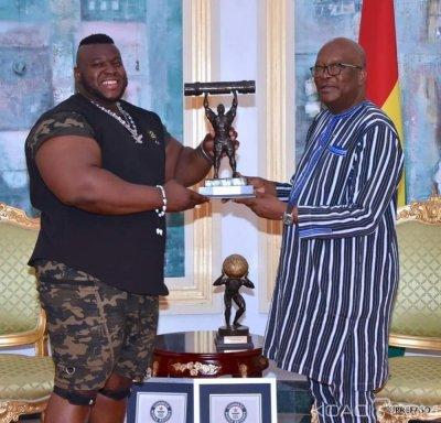 Burkina Faso: L'homme le plus fort du monde présente ses trophées au président kaboré