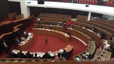 Côte d'Ivoire : Assemblée nationale, des députés de la CRSTE refusent de voter un pro...