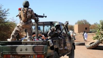 Mali:  25 soldats au moins et 15 jihadistes tués dans les attaques de Boulkessy et Mo...