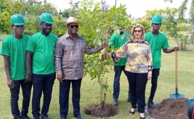 Côte d'Ivoire: Journée de la paix, le couple présidentiel plante deux arbres dans son...