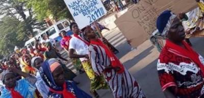 Côte d'Ivoire: A Yopougon, manifestation de rue des femmes  balayeuses, elles réclament leur argent impayé