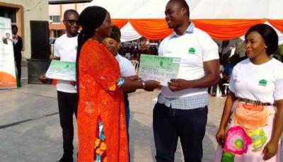 Côte d'Ivoire : Cocody, Kandia Camara distribue et conseille à la jeunesse de ne pas s'adonner à l'immigration clandestine