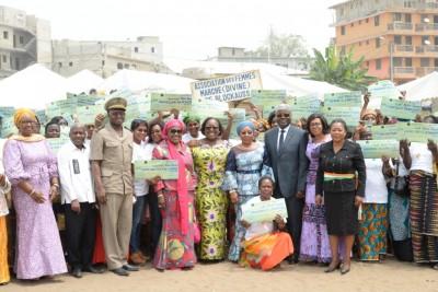 Côte d'Ivoire :  Remise de chèques du FAFCI et de dons aux femmes de Cocody-Blockhaus et Cocody-Village