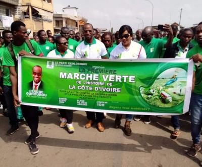 Côte d'Ivoire :  Marche verte à Port-Bouët, les écologistes débarrassent les plages des déchets et interpellent sur la nécessité de lutter contre la pollution maritime