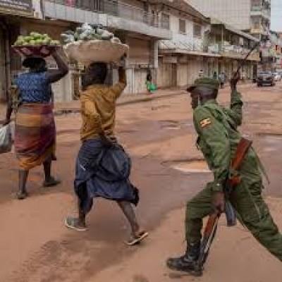 Ouganda : Coronavirus, la police tire à balles réelles sur deux hommes pour avoir violé le couvre-feu