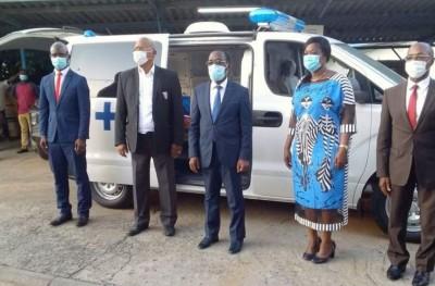 Côte d'Ivoire:  L'Etat remet 30 ambulances et 30 véhicules à des hôpitaux et à des Directeurs