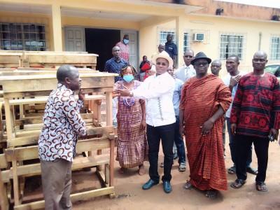 Côte d'Ivoire : Diabo, sans aucune subvention, le maire appuyé par le DG du trésor offre des tables-bancs à son IEP