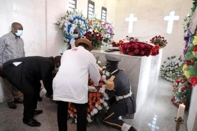 Côte d'Ivoire :  Pose d'une gerbe de fleurs par le PR au Caveau de feu Charles Koffi DYBI à Pakouabo