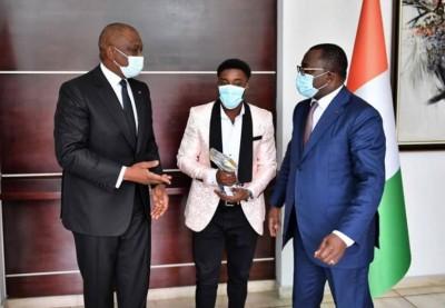 Côte d'Ivoire : Athlétisme, le sprinteur Arthur Gué Cissé présente le trophée de sa récente victoire au Premier Ministre Hamed Bakayoko