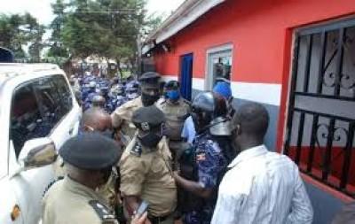 Ouganda: Bobi Wine arrêté après une descente de la police dans les locaux de son parti