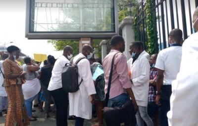 Côte d'Ivoire : Réclamant leurs primes Covid-19, des agents de santé manifestent devant le palais présidentiel en plein conseil des ministres