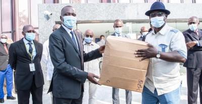 Côte d'Ivoire : Malgré les risques, des masques distribués aux usagers des Woro-woro, Gbaka et taxis compteurs qui n'en possèdent pas