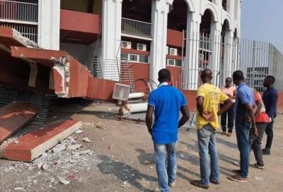 Côte d'Ivoire : Un conteneur frigorifique démolit l'entrée principale du Palais des S...