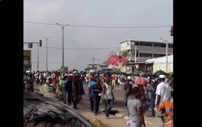 Côte d'Ivoire : Abobo, privées d'eau depuis des jours, des populations manifestent et barrent les routes