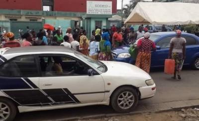 Côte d'Ivoire : Yopougon, privés d'eau depuis des jours ils manifestent devant le siè...