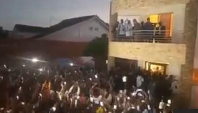 Côte d'Ivoire : Depuis la résidence de Nady Bamba, Gbagbo ovationné par ses supporter...