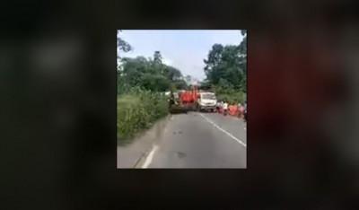 Côte d'Ivoire : Un camion poids lourd coupe en deux  l'Axe Abidjan-Aboisso, la galère...